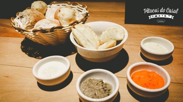 Entradas: cesta de pães, pasteizinhos, patê de berinjela, manteiga com ervas, geleia de pimenta