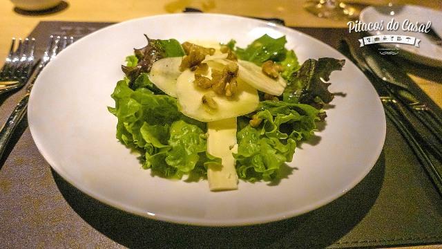 Salada de pêra - com queijo brie e nozes