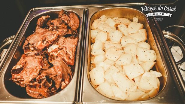 Paidakia - cordeiro servido com batatas
