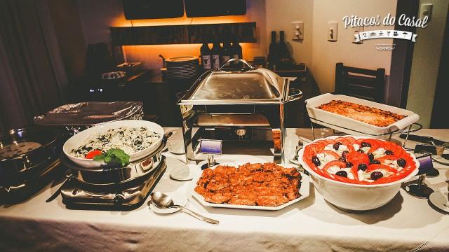 Buffet com os pratos principais